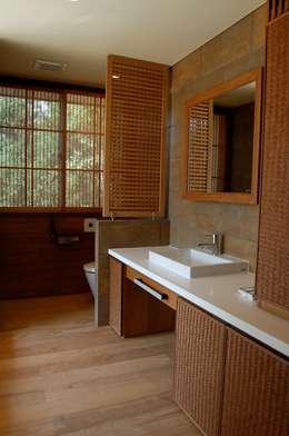 asian Bathroom by 環アソシエイツ・高岸設計室