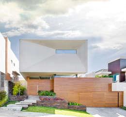 Casas de estilo moderno por Arqbox