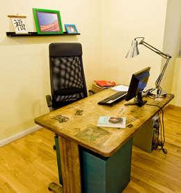 La scrivania prende nuova vita con il decoupage: Studio in stile in stile Rustico di Valentina Farassino Architetto