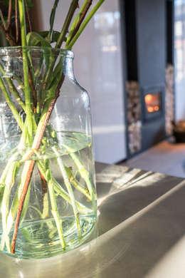 Detail bloemen: moderne Keuken door Masters of Interior Design