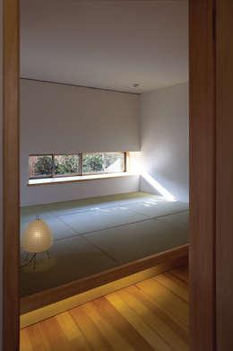 小上がり畳座のベッドルーム: 環アソシエイツ・高岸設計室が手掛けた寝室です。