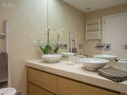 WC Corredor | Depois: Casas de banho modernas por MUDA Home Design