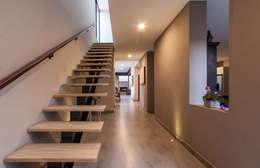 Escaleras: Pasillos y recibidores de estilo  por Loyola Arquitectos
