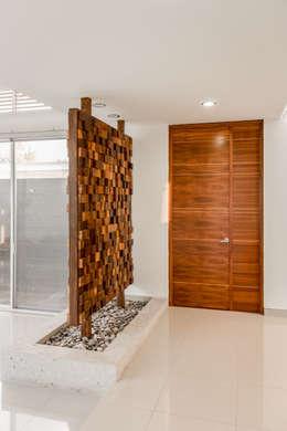 Couloir et hall d'entrée de style  par GENETICA ARQ STUDIO