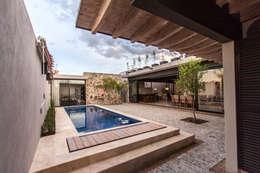 Piscinas de estilo moderno por Loyola Arquitectos