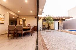 Ventanal entre comedor y patio: Ventanas de estilo  por Loyola Arquitectos