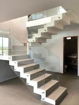 Pasillos y vestíbulos de estilo  por Base-Arquitectura