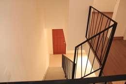 Pasillos y vestíbulos de estilo  por Jrmunch Arquitetura