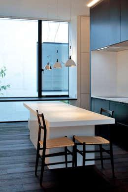 浜田山の家: 遠藤誠建築設計事務所(MAKOTO ENDO ARCHITECTS)が手掛けたキッチンです。