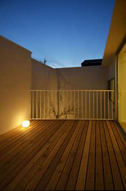 保谷O邸: 遠藤誠建築設計事務所(MAKOTO ENDO ARCHITECTS)が手掛けたベランダです。