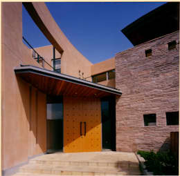 玄関ポーチ: 豊田空間デザイン室 一級建築士事務所が手掛けた家です。