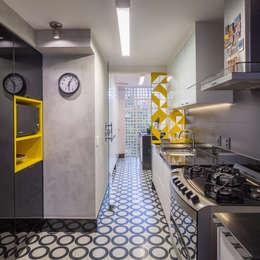 Reforma de apartamento - Simmetria Arquitetura: Cozinhas modernas por Joana França