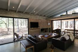 Casa El Faro 01.   Carmelo, Uruguay: Livings de estilo moderno por TC Estudio