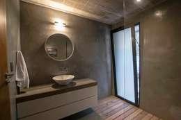 Casa El Faro 01.   Carmelo, Uruguay: Baños de estilo moderno por TC Estudio