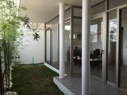 Jardines de estilo moderno por Cahtal Arquitectos