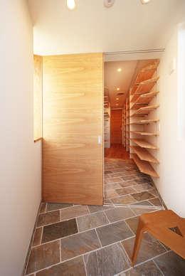 haus-kaap: 一級建築士事務所hausが手掛けた廊下 & 玄関です。