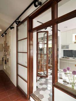 Puertas y ventanas de estilo escandinavo por 築築空間
