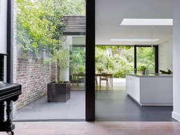 villa 1: minimalistische Woonkamer door White Door Architects