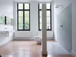villa 1: minimalistische Badkamer door White Door Architects