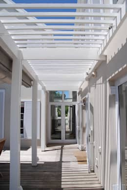HOLIDAY HOME KNYSNA:  Patios by Gallagher Lourens Architects
