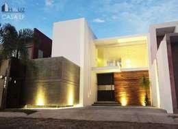 CASA LF: Casas de estilo moderno por HAUZ-ARQ