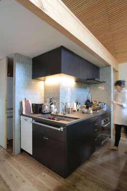 逆L字のキッチン: すわ製作所が手掛けたキッチンです。