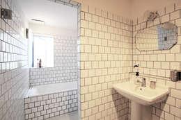 白いバスルーム: すわ製作所が手掛けた浴室です。