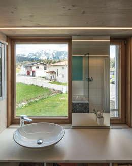 EFH J.: moderne Badezimmer von brack architekten