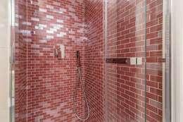 Bagno con rivestimenti in vinaccia: Bagno in stile in stile Moderno di Facile Ristrutturare