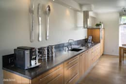 Handgemaakte maatwerkkeuken, teak met Belgisch hardstenen werkblad: moderne Keuken door Joep Schut, interieurmaker