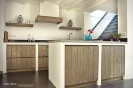 Handgemaakte maatwerkkeuken, landelijk, robuust, eiken met Belgisch hardstenen werkblad: landelijke Keuken door Joep Schut, interieurmaker