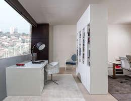 Oficinas de estilo moderno por Laskasas