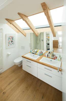 EFH H-K.: moderne Badezimmer von brack architekten