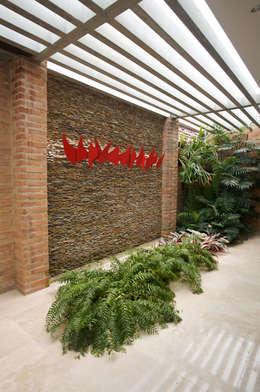 Casa 906: Salas / recibidores de estilo moderno por Objetos DAC