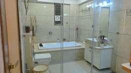 Bungalow : modern Bathroom by Shadab Anwari & Associates.