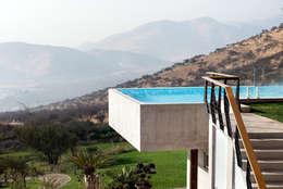 Casa Chamisero: Piscinas de estilo  por GITC