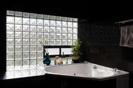 Casa Rosales Quijada: Baños de estilo moderno por GITC