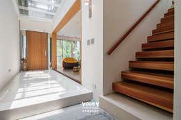 Corridor & hallway by 有容藝室內裝修設計有限公司