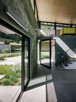 Butterfly House:  Corridor & hallway by Feldman Architecture