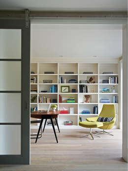Salas multimedias de estilo  por Feldman Architecture