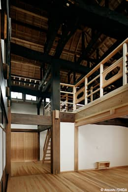 吹き抜けのホール: 西本建築事務所 一級建築士事務所が手掛けた和室です。