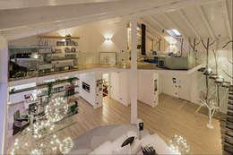 Un attico in stile loft in Milano: Soggiorno in stile in stile Moderno di Annalisa Carli