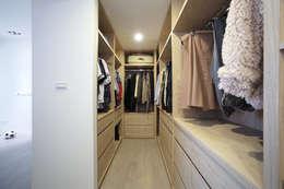Vestidores y closets de estilo moderno por 直譯空間設計有限公司