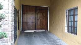 Garajes de estilo clásico por RUAH ARQUITECTOS