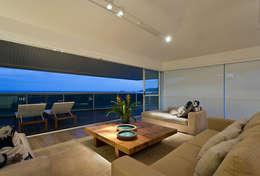 Apartamento De Verão : Salas de estar modernas por Renata Basques Arquitetura e Design de Interiores