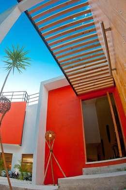 FACHADA INTERIOR: Casas de estilo moderno por FRACTAL CORP Arquitectura