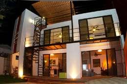 FACHADA POSTERIOR: Casas de estilo moderno por FRACTAL CORP Arquitectura