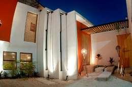 FACHADA INTERIOR A COCHERA: Casas de estilo moderno por FRACTAL CORP Arquitectura