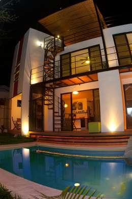 ALBERCA Y FACHADA POSTERIOR: Albercas de estilo moderno por FRACTAL CORP Arquitectura