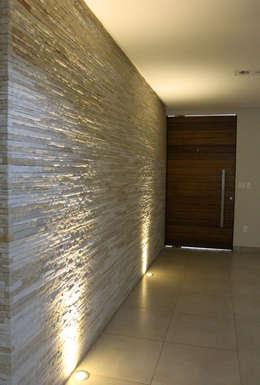 Pasillos y recibidores de estilo  por Pereira Cunha Arquitetos